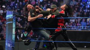 ストローマン(左)に3人がかりで攻める中邑真輔(右)ら(C)2020 WWE, Inc. All Rights Reserved.
