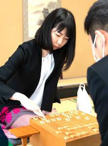 17回戦を戦う西山朋佳三段(提供・日本将棋連盟)