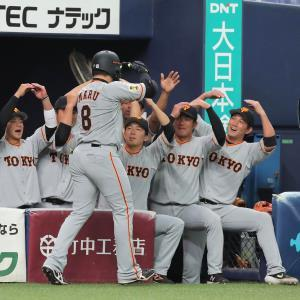 3回2死一塁、先制2ラン本塁打を放った丸佳浩を迎えるナイン(カメラ・石田 順平)