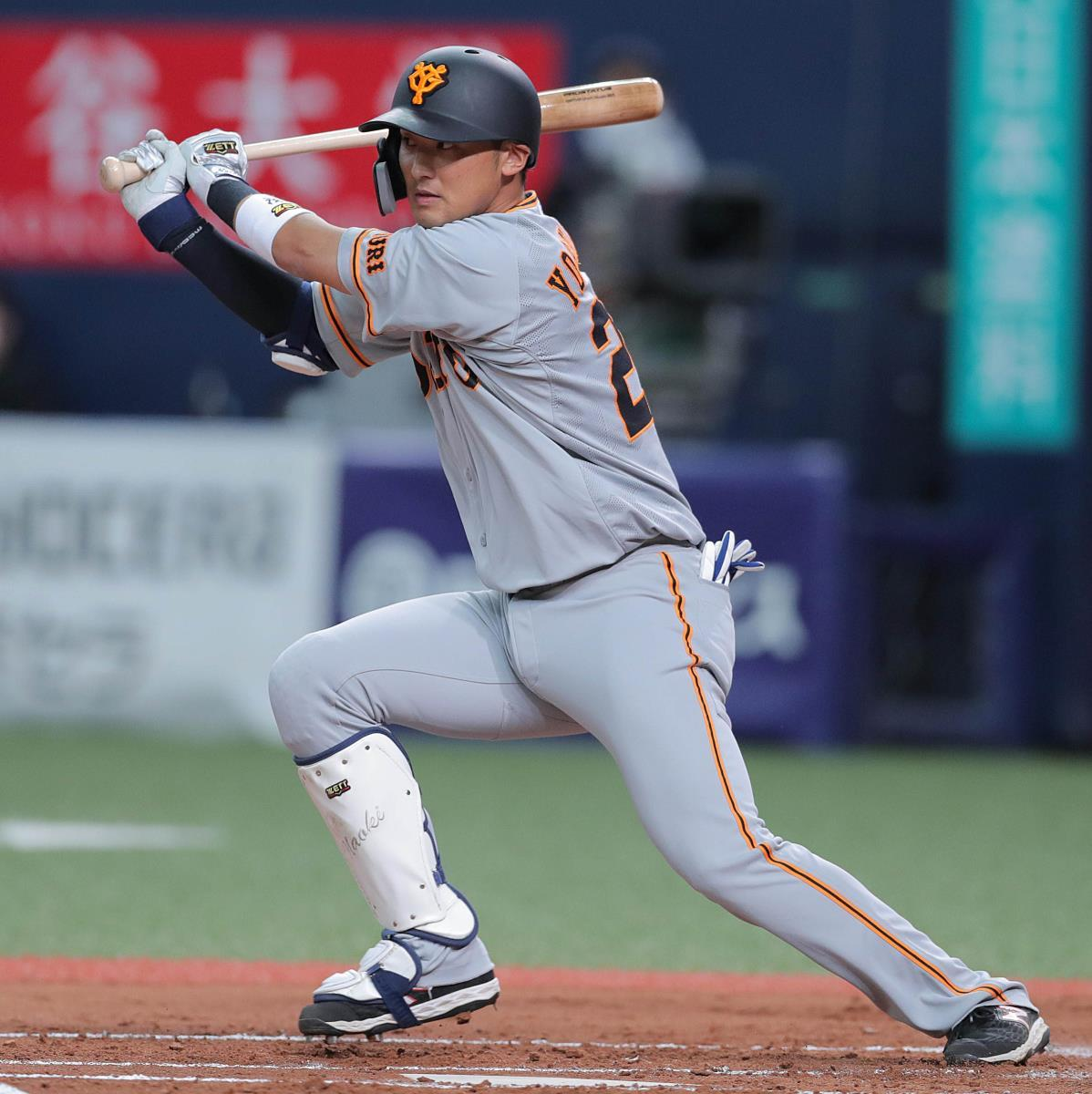 2回2死一塁、吉川尚輝が左前に安打を放つ(カメラ・橋口 真)