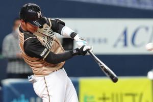 4回1死二塁、左越えへ適時二塁打を放つ谷内亮太(カメラ・谷口 健二)