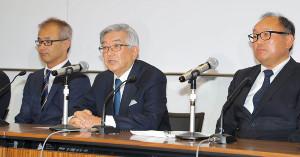 会見する斉藤コミッショナー(右は巨人・今村球団社長、左はオリックス・湊球団社長=カメラ・森田 俊弥)
