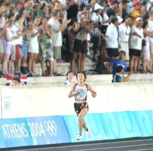 アテネ五輪女子マラソンで、競技場内の大観衆から声援を受ける野口みずき
