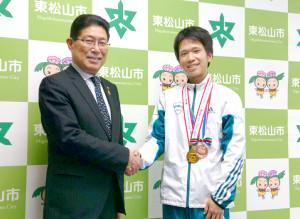 青学大・吉田祐也(右)は出身地であり、GMOの練習拠点でもある埼玉・東松山市の森田光一市長を表敬訪問