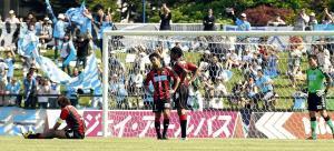 11年6月に室蘭の入江運動公園陸上競技場で開催された試合には横浜Cの三浦知良も出場している。入場者数は7330人だった