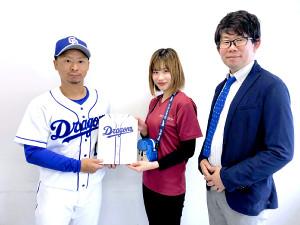 社会貢献活動「アナたにもんシート」を今年も行う谷元投手(左)(中日提供)