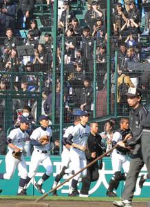 甲子園球場のアルプス席にあいさつし、ベンチに向かう県岐阜商ナイン(2015年3月28日撮影)