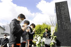 円谷幸吉さんの墓前で手を合わせる服部勇馬(左手前)ら(C)日本陸上競技連盟