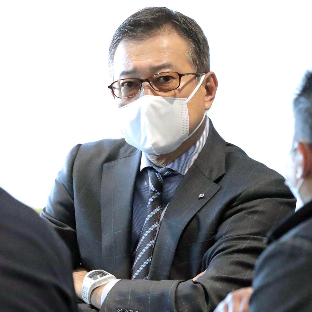 マスク姿で記者の取材に対応する原監督(カメラ・中島 傑)