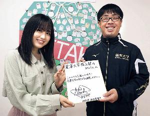 山川達也監督に激励メッセージ入りの色紙を贈る西村菜那子