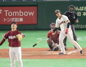 4回2死、岡本和真が左中間へ先制ソロ(投手は則本)