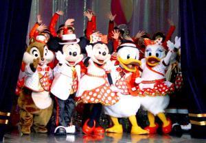 TDLの限定ショー「イッツ・ベリー・ミニー!」の幕が閉じられようとしている。ミッキーらがミニーのアイコニック(赤地に白の水玉)衣装で踊るのが人気だった(カメラ・酒井 隆之)