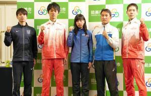 前日会見に出席した(左から)池田向希、高橋英輝、藤井菜々子、藤沢勇、鈴木雄介