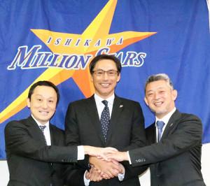 会見に出席したBC石川・田口新監督(中、右は端保聡代表取締役、左は白寿生科学研究所の原浩之副社長)