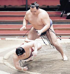横綱初挑戦で鶴竜(上)に押し倒された炎鵬