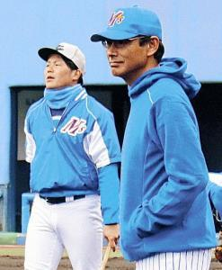ユニホームに着替えて練習を見守ったBC石川・田口新監督(右)