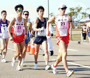 先頭集団でレースを勧めた鈴木雄介(21)、池田向希(51)、高橋英輝(23)