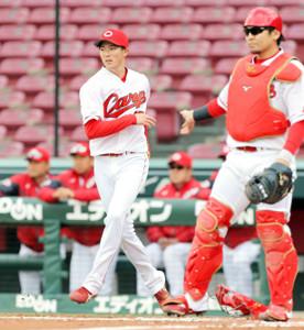 3回無死二塁、西田に左前適時打を打たれ、ベースカバーに向かう森下(捕手は会沢)