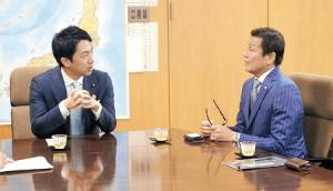 小泉環境相(左)にクラブの取り組みを説明する佐久間GM(ヴァンフォーレ甲府提供)