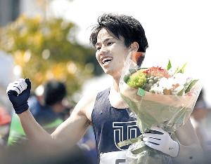 優勝した池田は花束を手に笑顔