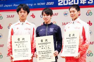 表彰台の(左から)2位の高橋、池田、3位の鈴木