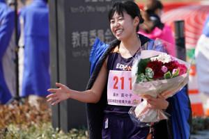 優勝した藤井菜々子は花束を手に笑顔を見せる(カメラ・太田 涼)
