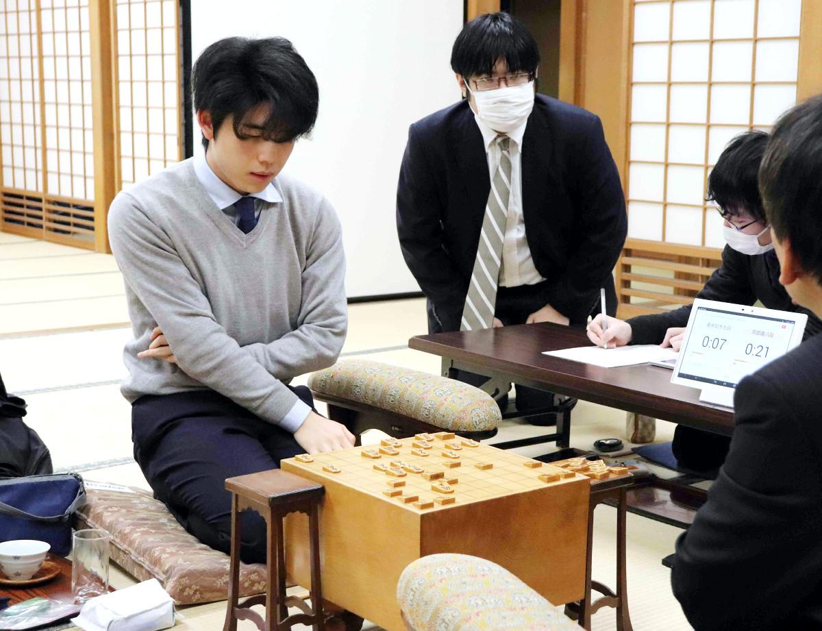 王座戦2次予選を終え、感想戦を行う藤井聡太七段(左。中央奥は糸谷哲郎八段)