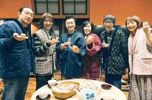 事前の収録で笑顔の(左から)山本拓夫、片山敦夫、桑田佳祐、原由子、斎藤誠、金原千恵子