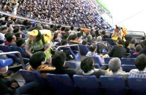 満員の観客席でビールを販売する売り子
