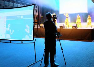 無観客ライブを行ったアイドルユニット「sherbet」のライブ本番。客席中央にスクリーンを立て、ネット中継のカメラに向けてパフォーマンスした