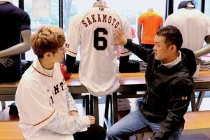 坂本が実際に着用したユニホームをもとに説明する、アンダーアーマー・伊藤氏(右)