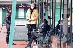 宮の沢の練習場を訪れた札幌GK具(中央)は、ペトロヴィッチ監督(右)と話す