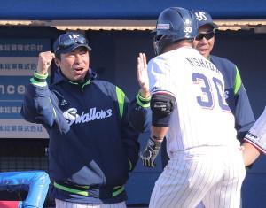 7回無死、本塁打を放った西田 明央(右)を迎える高津臣吾監督
