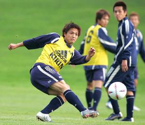 04年5月、日本代表のシュート練習でボレーを見せる小野(右は遠藤)