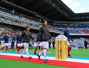開幕戦でスタメン出場した遠藤(中央)
