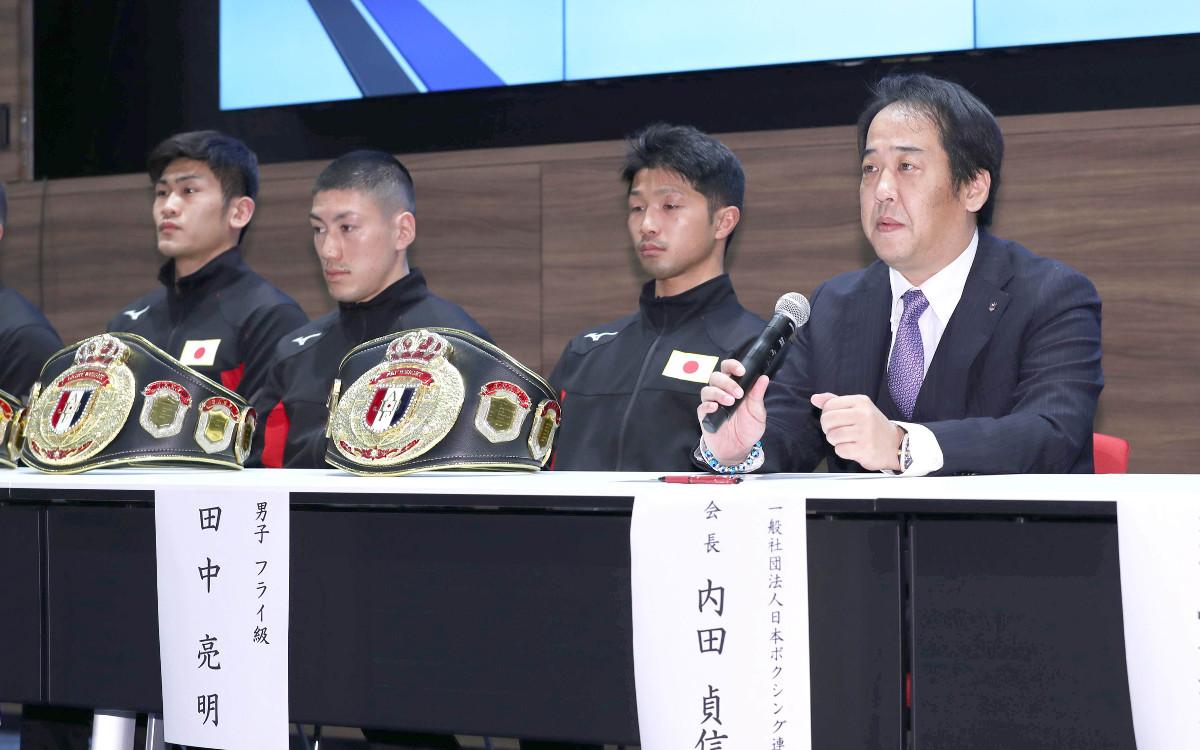 開催国枠の代表選手に決まり会見をする(左から)森脇唯人、成松大介、田中亮明。右は日本ボクシング連盟・内田貞信会長