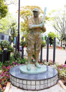 静岡草薙球場前にあるベーブ・ルース像