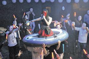 初の「仮面ライブ」で歌う仮面女子の森下舞桜