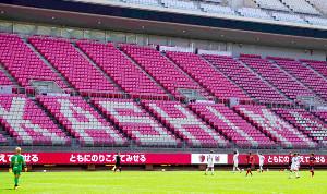 練習試合が行われたカシマスタジアムで、ピッチに面したモニターには「ともにのりこえてみせる」とメッセージが表示された(カメラ・岡島 智哉)