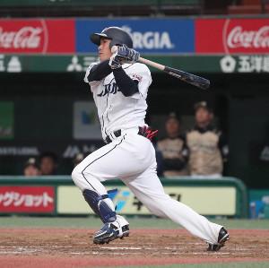 9回2死一、二塁、左前に適時打を放つ柘植世那(カメラ・佐々木 清勝)