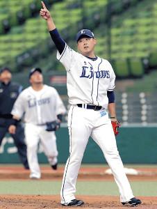2回無死一塁、ビヤヌエバの三飛の打球を指さす松坂(カメラ・佐々木 清勝)