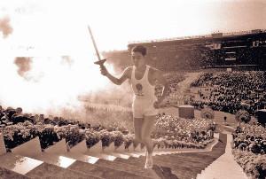 64年10月10日、東京五輪開会式で聖火台への階段を駆け上がる坂井義則さん