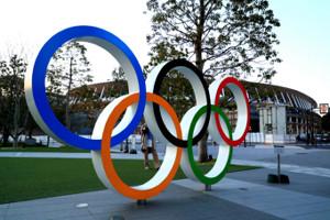 国立競技場前の五輪モニュメント