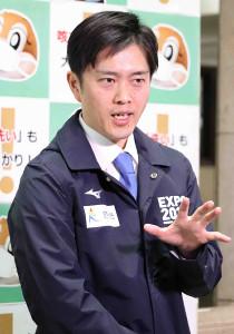 大阪府庁で会見した吉村洋文知事