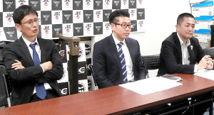 JBCとJPBAの連絡協議会を終えて取材に応じる(左から)安河内剛JBC本部事務局長、斎田竜也・ワールドスポーツ会長、新田渉世JPBA事務局長