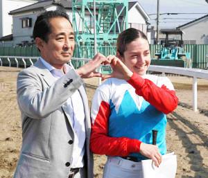 浦和7Rで地方通算24勝目を飾ったミシェル騎手(左は張田調教師)
