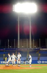 LED化された神宮のナイター照明を浴びながらマウンドの感触を確かめる慶大投手陣(神宮球場で)