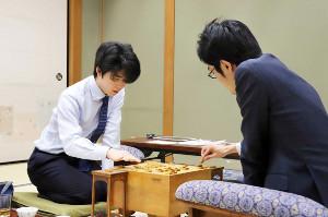 稲葉陽八段(右)と感想戦を行う藤井聡太七段