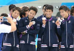 ロンドン五輪メドレーリレーで獲得した銀メダルを手に喜ぶ松田丈志さん(左から3人目。左から入江陵介、北島康介)