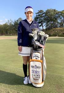 新スポンサーのロゴ入りの新たなゴルフバッグで練習に励む藤田(本人提供)